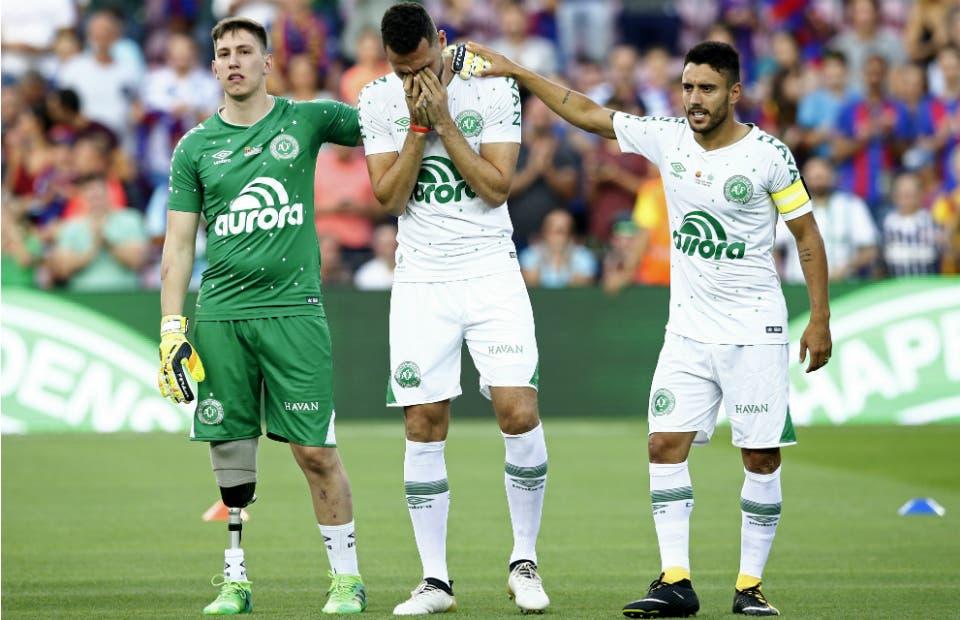 Un momento pleno de emoción: Follmann, Neto, y Alan Ruschel son homenajeados en el Camp Nou