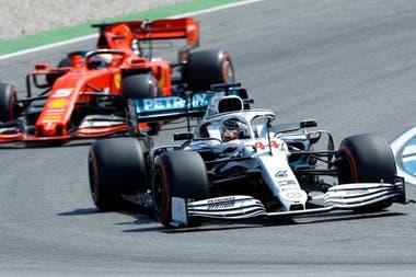 El diseño especial con el que Mercedes correrá el GP de Alemania de Fórmula 1. Atrás, una Ferrari.