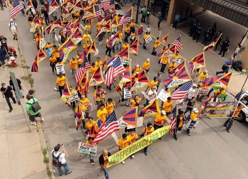 Manifestantes aprovecharon la ocasión de la reunión de los grandes mandatarios para reclamar por la independencia del Tíbet.. Foto: EFE