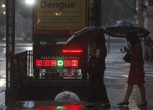 Buenos Aires colapsa otra vez por la intensa lluvia; cayeron 57 mm en una hora; la térmica llegó esta tarde a los 38°. Foto: DyN