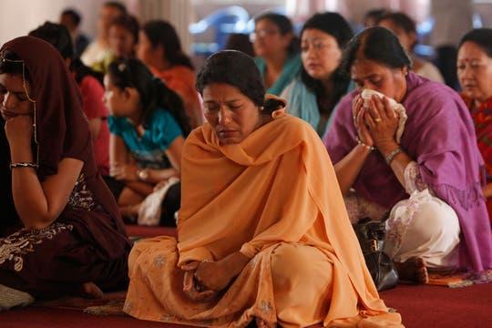 En Katmandu, Nepal, rezan por el alma de Sai Baba. Foto: AP