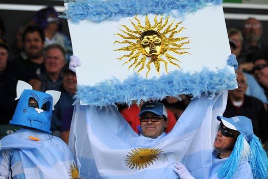 Los argentinos tiñeron de celeste y blanco las tribunas del Arena Manawatu, donde se selló la clasificación a cuartos. Foto: AFP