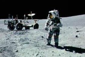 Un astronauta se dispone a pilotear el vehículo lunar