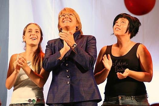Las dos hijas Michelle Bachelet, Francisca y Sofía, festejando la elección de 2006. Foto: Archivo