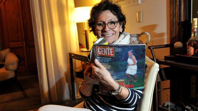 Ana D''onofrio muestra la revista Gente de la visita de Lady Di cuyas fotos dieron la vuelta al mundo