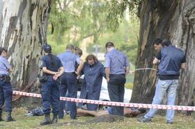 Policías y peritos, en la escena del crimen en el parque Alem