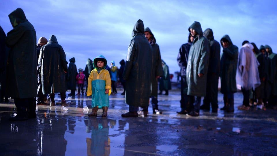 Según las informaciones proporcionadas por los refugiados, Macedonia habría actuado contra el derecho internacional obligando a cientos de migrantes a cruzar la frontera a través del campo y no a través de los puestos fronterizos griegos. Foto: EFE