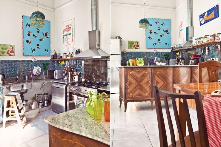 Si bien en esta cocina se renovaron los muebles, los electrodomésticos y los revestimientos, se sumó un antiguo aparador para continuar el estilo de la construcción