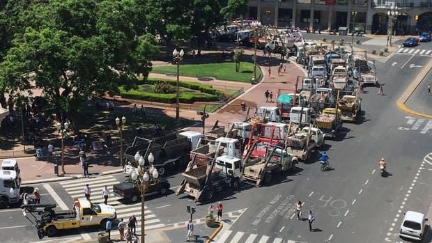 Insólita protesta de volquetes en Plaza de Mayo