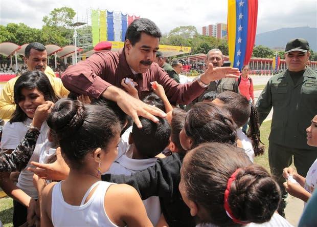 Maduro, ayer, saludando a un grupo de chicos en una visita al ensayo de un desfile militar en el Paseo de los próceres, en Caracas