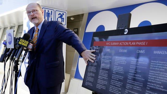 El presidente de la Autoridad Metropolitana de Tránsito, Joseph Lhota, en una conferencia de prensa en la estación Penn de Nueva York