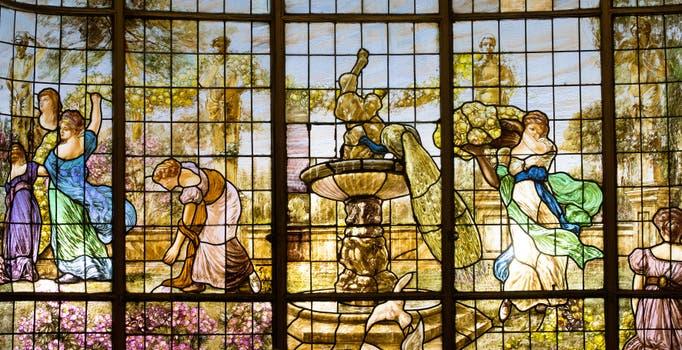 Los vitrales del bar tuvieron un exhaustivo trabajo de restauración. Foto: LA NACION / Ignacio Sánchez