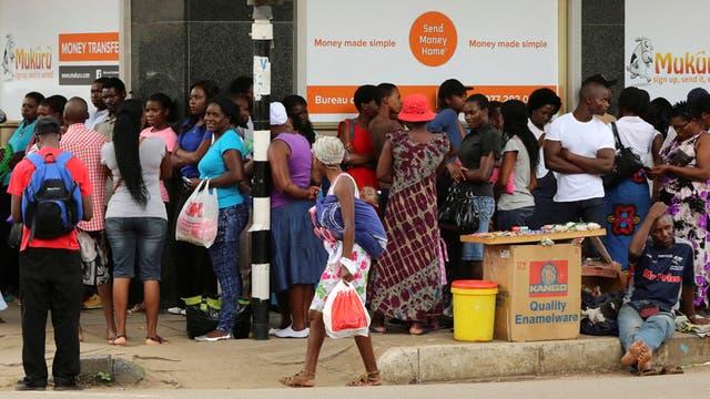 Crisis en Zimbabwe: los ciudadanos, desesperado ante los bancos para sacar dinero