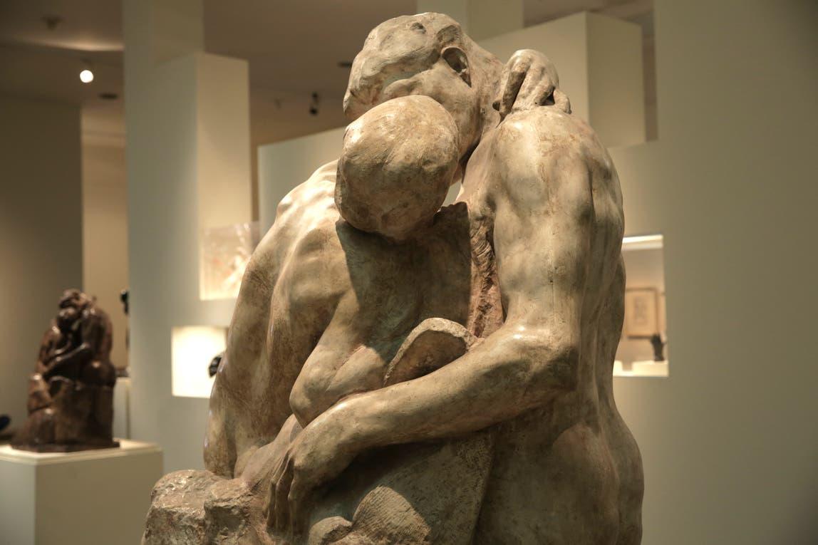 """""""El beso"""", un calco de yeso que Rodin regaló a Eduardo Schiaffino, primer director del MNBA. Foto: LA NACION / Soledad Aznarez"""