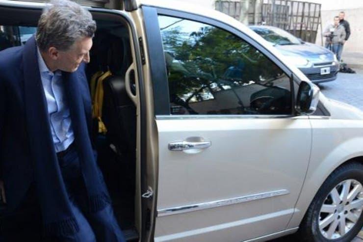 El traslado por tierra del Presidente se hace mediante tres vehículos: una Volkswagen Touareg (blindada), una Kia Carnival (antivandálica), ambas en comodato, y una Chrysler Town and Country