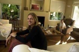 La autora de Con los pies desnudos, en su casa de Pacheco