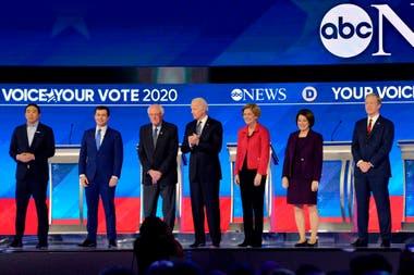 En esta foto de archivo tomado el 7 de febrero, Andrew Yang, Pete Buttigieg, Bernie Sanders, Joe Biden, Elizabeth Warren, Amy Klobuchar y Tom Steyer llegaron al escenario para el octavo debate primario demócrata de la temporada de la campaña presidencial de 2020