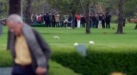Dolor y conmoción entre los familiares, amigos y allegados de Helmuth Mielke, cuando ayer fueron a despedir sus restos en el cementerio Memorial, de Pilar
