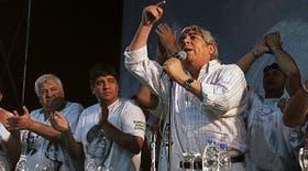Hugo Moyano, acompañado ayer en el escenario por su hijo Pablo, a su derecha
