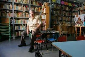Pablo Medina, sentado en una de las mesitas de la sala de lectura