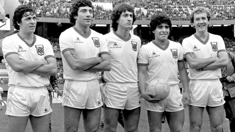 11-6-1980: el amistoso enfrentó a Capital vs. Provincia; una delantera porteña de ensueño, con René Houseman, Miguel Brindisi, Norberto Alonso, Maradona y Carlos Babington.. Foto: LA NACION
