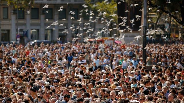 Tras el atentado de ayer, Barcelona homenajea a sus víctimas con un minuto de silencio. Foto: AP / Francisco Seco