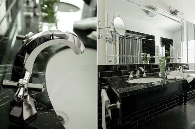 Las bachas Ferrum (Barugel Azulay) se instalaron en una antigua mesa de pino tea (Mercado de Pulgas); tapa de mármol (Mármoles Dodera). Grifería de estilo clásico (SchatzGriff)..