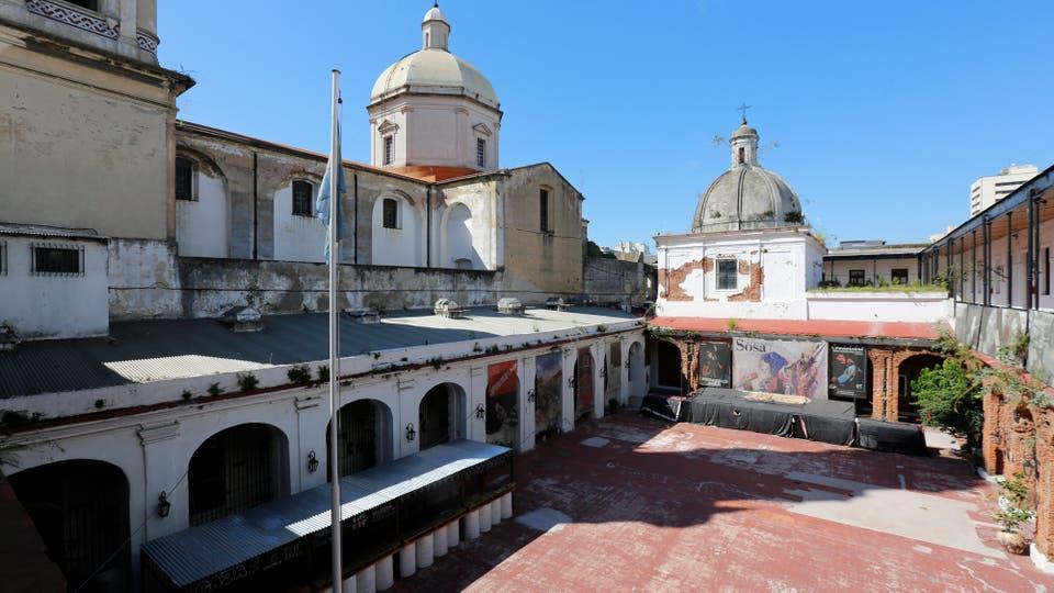 El edificio, situado frente a la plaza Dorrego, data de 1735 y sucumbe al abandono. Foto: LA NACION / Fernando Massobrio