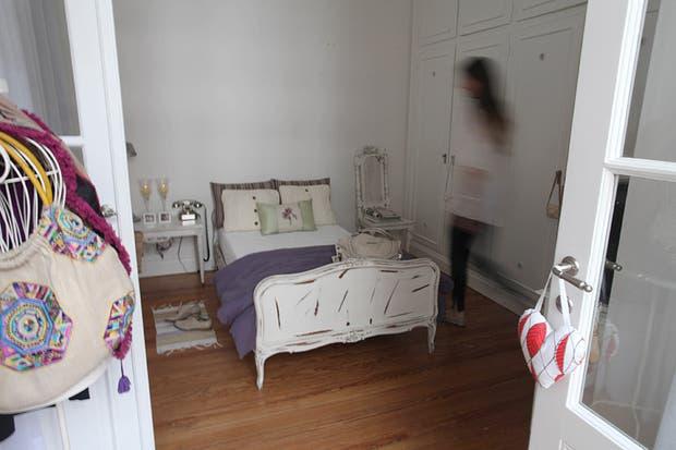 Segundo acceso al dormitorio. En la puerta, almohadilla con hojas de lavanda en forma de corazón ($41, Cosa Bonita). Foto: Guadalupe Aizaga