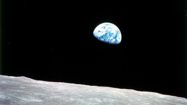En la Luna no hay atmósfera y se ve el Espacio