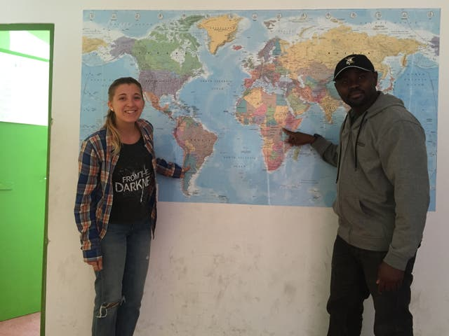Camila Burne muestra orgullosa su país en el mapa