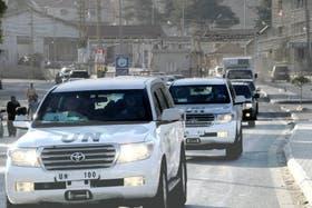 El convoy de autos de la ONU (UN, por sus siglas en inglés) cruza la frontera de Siria para llegar al Líbano