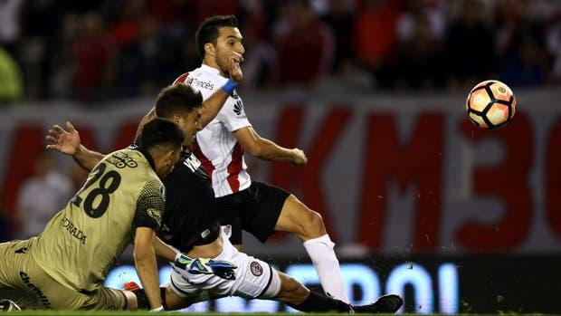 La jugada del gol: Scocco ya tomó el rebote de Andrada y la empuja a la red