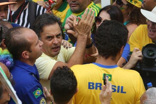 El senador Aécio Neves participa junto a cientos en la manifestación en la Plaza de la Libertad en Belo Horizonte, Minas Gerais. Foto: EFE