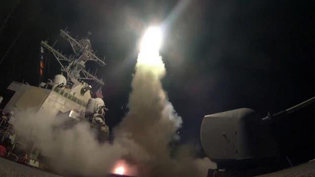 Estados Unidos lanzó más de 50 misiles desde buques de guerra en el Mediterráneo a una base aérea del gobierno sirio