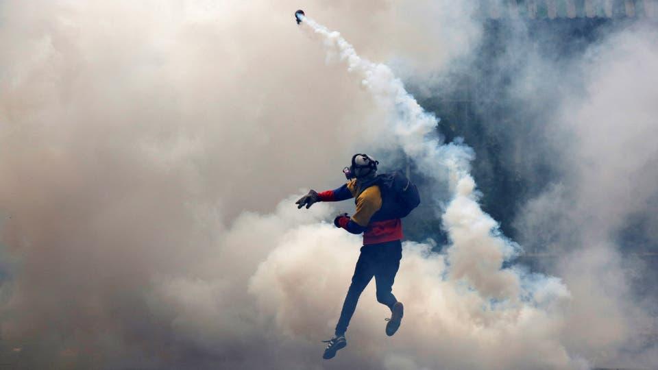 Nicolás Maduro continuó ayer su proceso constituyente casi en soledad, sin el apoyo del chavismo crítico, con el rechazo internacional y amparado en un nuevo capítulo violento contra miles de opositores, que fueron hostigados y perseguidos con rabia en las calles de Venezuela. Foto: Reuters / Carlos Garcia Rawlins