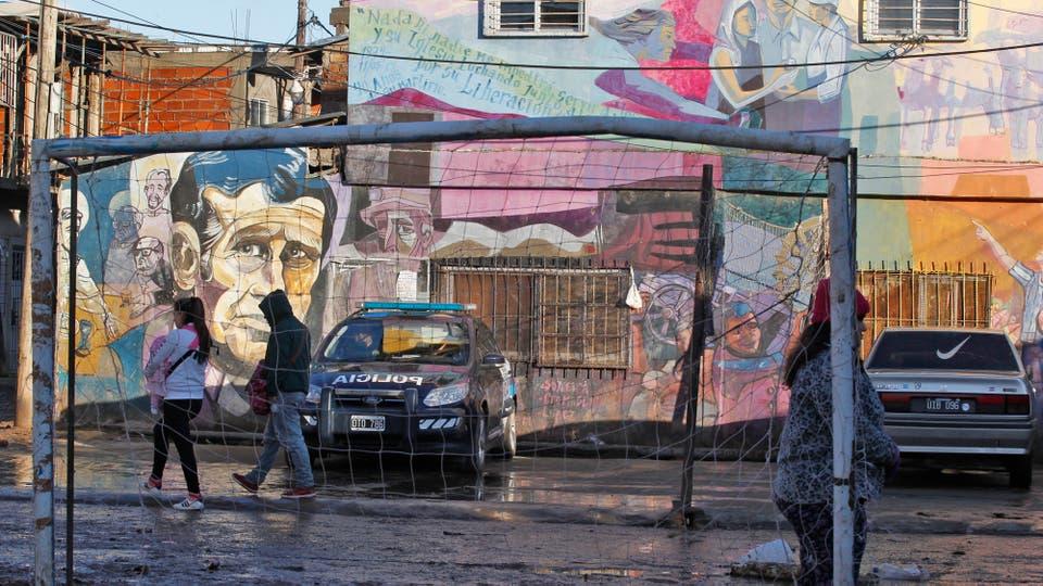 En los últimos años, el asentamiento sufre el problema del tránsito: ingresan allí más de 3000 autos por día. Foto: LA NACION / Emiliano Lasalvia