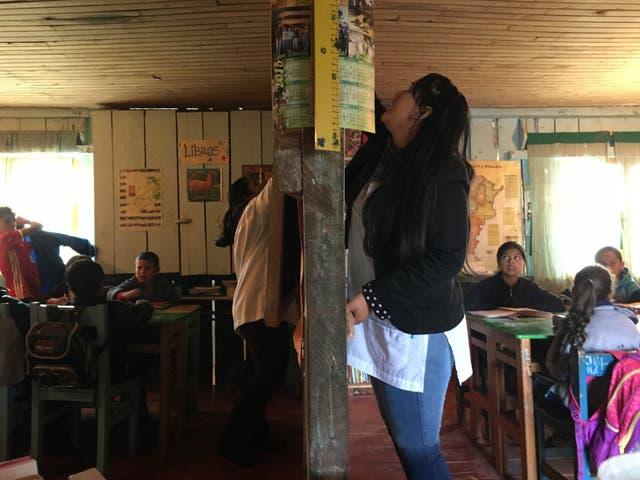 Nancy García (izq.) explica las partes de un cuento a sus alumnos de 2º y 3º; mientras Yamila Suárez (der.), repasa las tablas con los de 4º, y sumas y restas con los de 1º