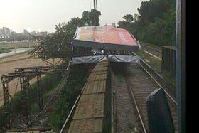Un cartel caído sobre las vías del tren
