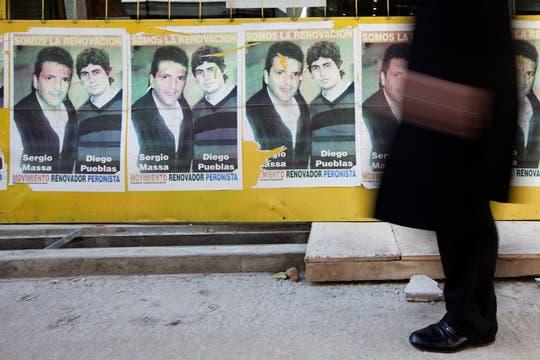 En épocas electorales, los candidatos contratan empresas para diseñar y producir afiches. Foto: LA NACION / Ezequiel Muñoz