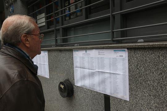 Un hombre se busca en los padrones de una escuela de Palermo. Foto: LA NACION / Ezequiel Muñoz