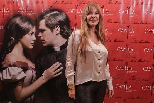 Graciela Alfano también posó para los paparazzi antes de entrar al teatro a ver el musical.. Foto: Gentileza prensa Camila