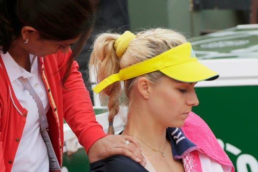 Los hombres envidiamos a la señora que le hace masajes a la Sra Kirilenko, ¿correcto?. Foto: Reuters