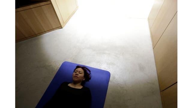 Zhang Kun, una empleada en Baishan Nube, descansa antes del almuerzo en la oficina