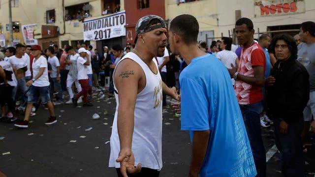 Hinchas rivales discuten durante campeonato de fútbol callejero Mundialito de El Porvenir en Lima, Perú.