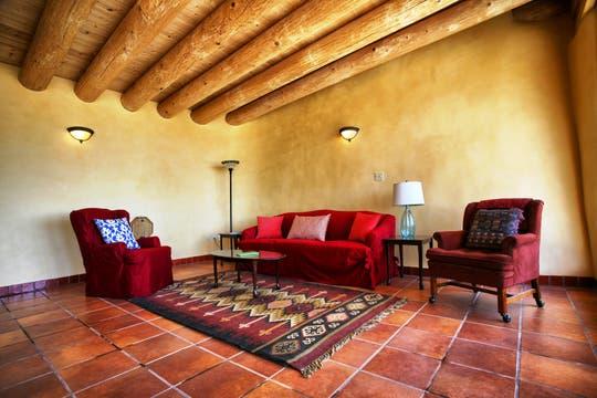 Estilo rústico y cálido en una sala de estar construida con material sustentable. Foto: LA NACION / Gentileza fundación Michael Reynolds