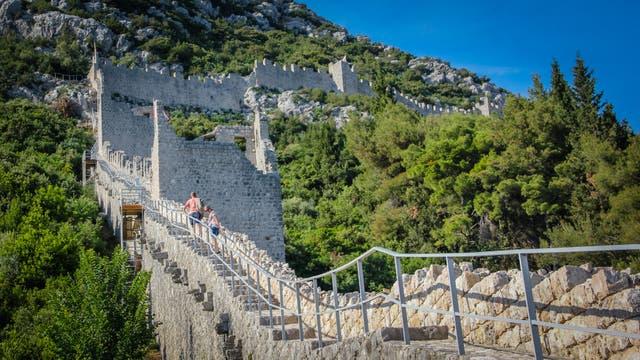 El muro de Ston, de 5,5 kilómetros de extensión, construido entre los siglos XIV y XVII para proteger la producción de sal, el principal motor económico del pueblo donde hoy viven 400 habitantes. El cultivo de ostras y el turismo genera la mayor parte de los ingresos en la actualidad