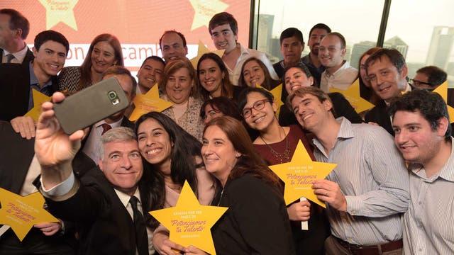 Los egresados junto a autoridades de Galicia y familiares en el festejo organizado por la entidad financiera