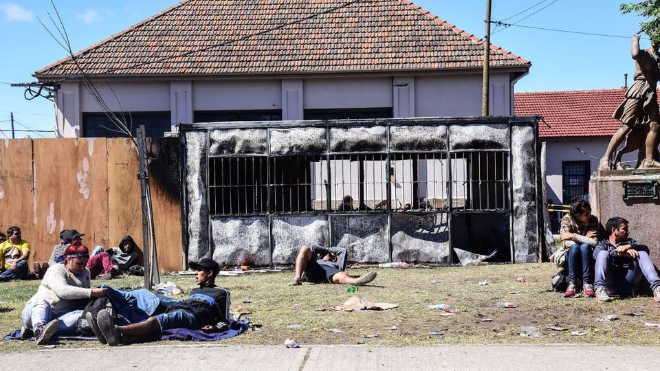 Hay personas tiradas en las calles que no pueden salir de la ciudad. Foto: LA NACION / Alejandro Casamayou