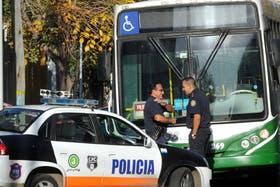 Un policía enfrentó a cuatro delicuentes en la línea 33 de colectivos